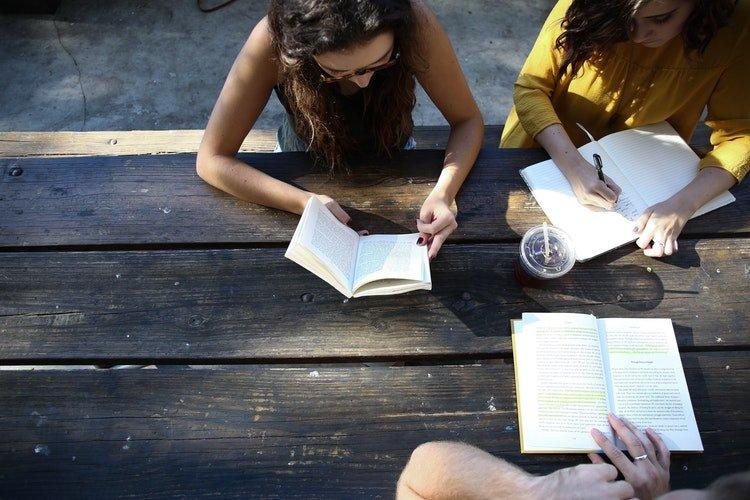 girls planning friends digital nomad girls